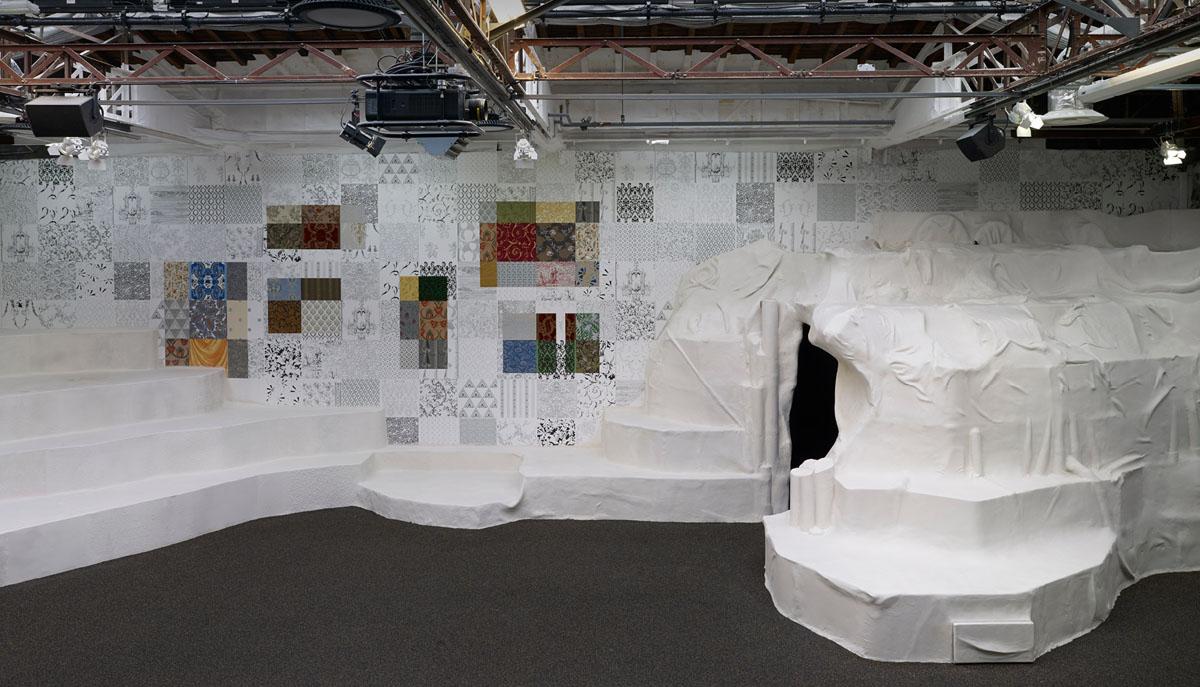Scénographie d'une partie du Toguna, un espace de dialogue entre l'art et l'artisanat au Palais de Tokyo.