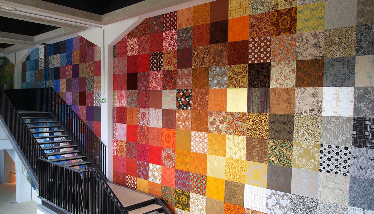 26 COULEURS - USINE LEROY - Création d'un mur dominoté dans une ancienne usine devenue centre culturel.