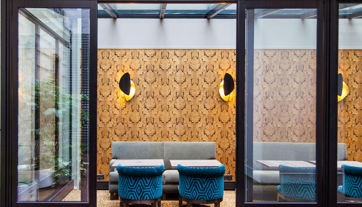 Réalisation du papier peint gaufré Indy pour la salle du petit-déjeuner de l'Hôtel Concortel Madeleine à Paris.