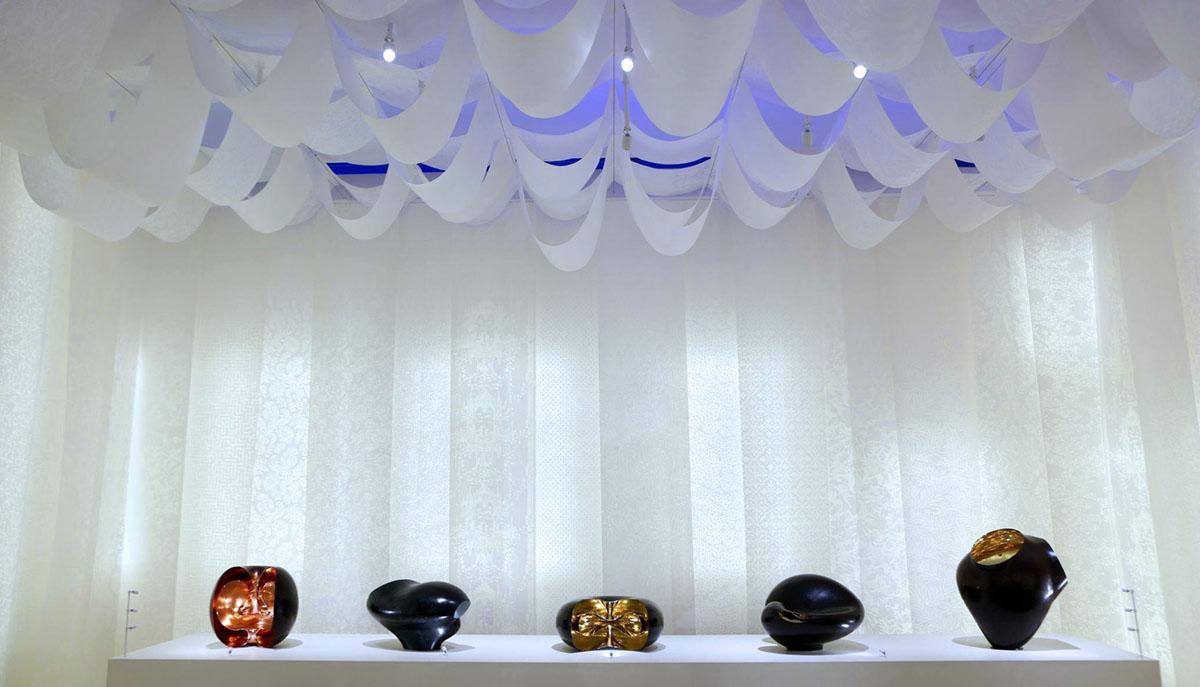 Installation d'un papier washi avec une impression à l'huile de lin formant un papier de lumière. Exposition Wonderlab, musée national, Tokyo.