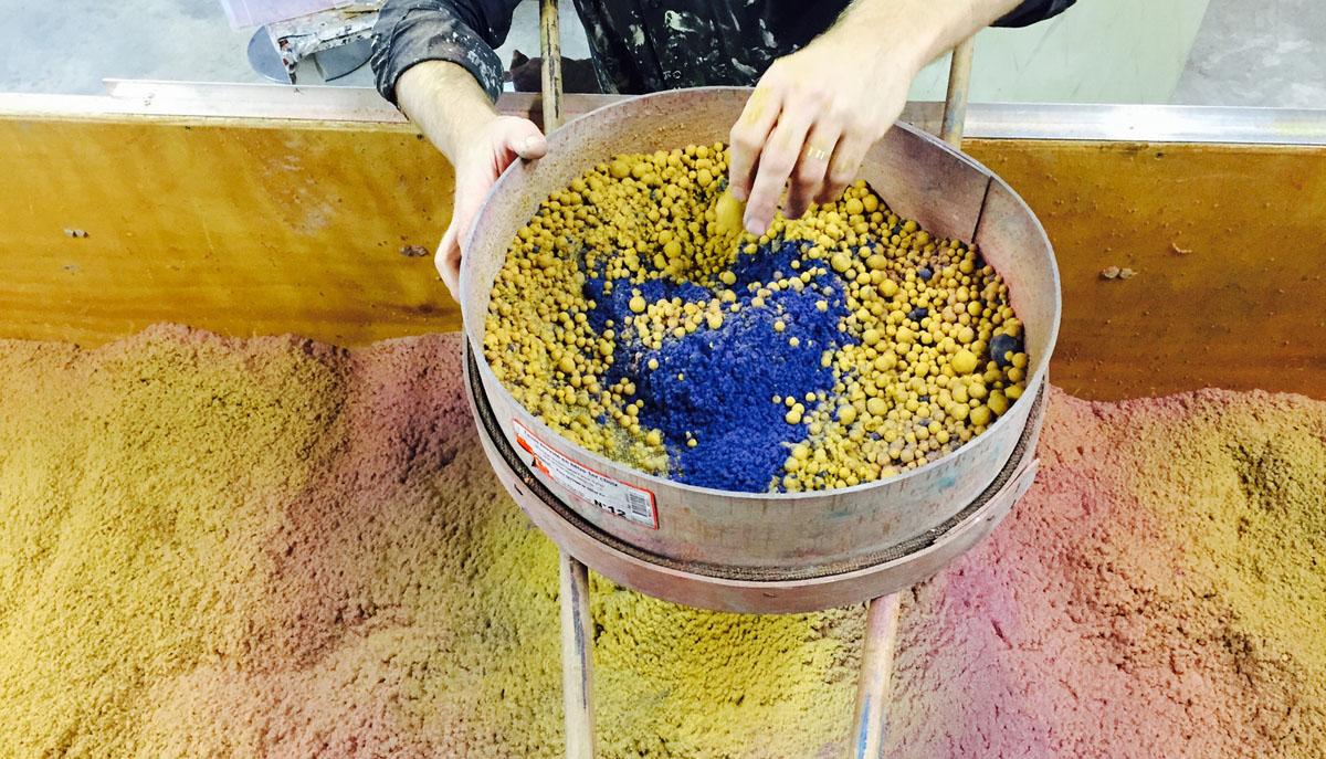 La tontisse (terme ancien du flocage) est l'application, à l'aide de mordant, d'une poudre de laine ou de soie sur le papier