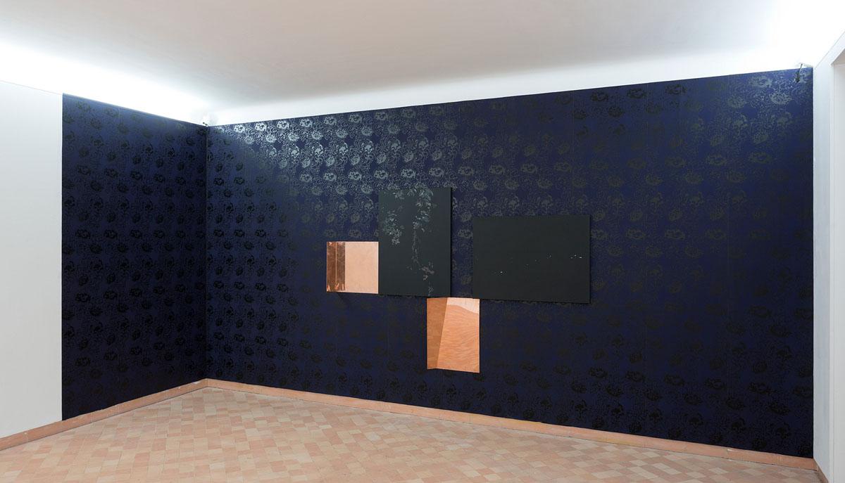 Impression à la planche du papier peint reprenant le motif de l'oeuvre Copper florall (Acrylique sur toile, 2015). Dans le cadre de l'exposition : « Reflets dans un oeil d'or »